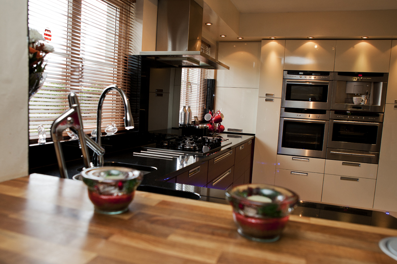 High Gloss Cream And Walnut Contemporary Kitchen Parle